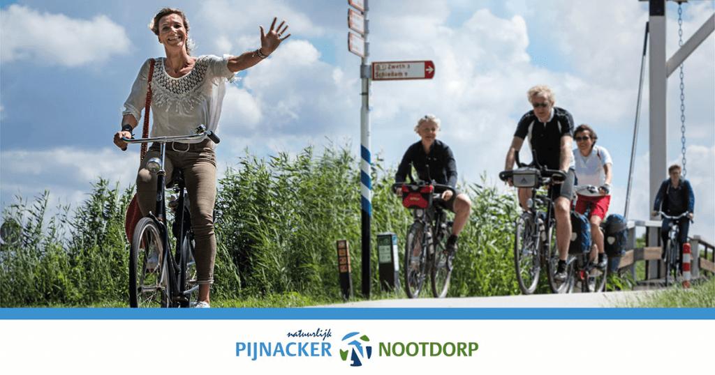 Zwaaiende fietser in het buitengebied