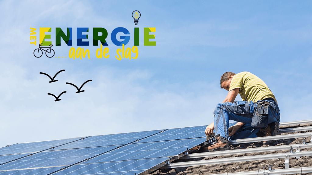 man op dak werkend aan zonnepanelen - logo met energie aan de slag